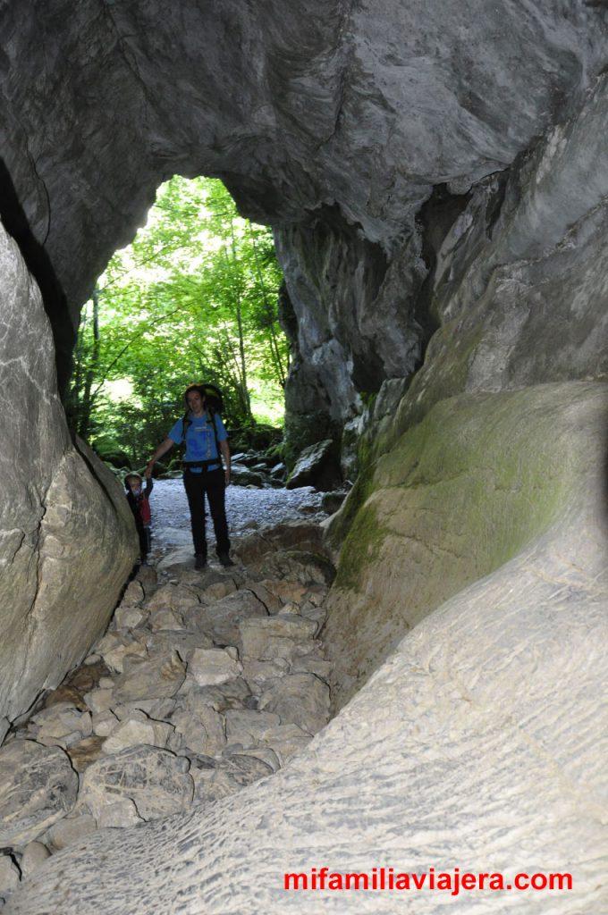 Cueva del Ibón