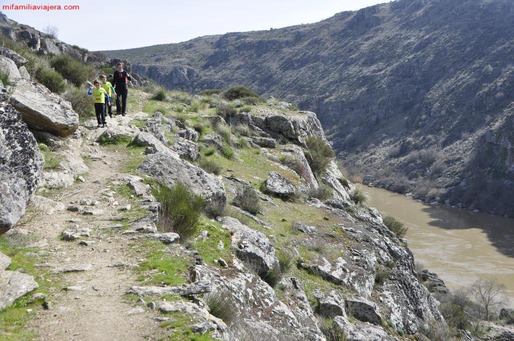 Sendero por la parte superior del cañón fluvial