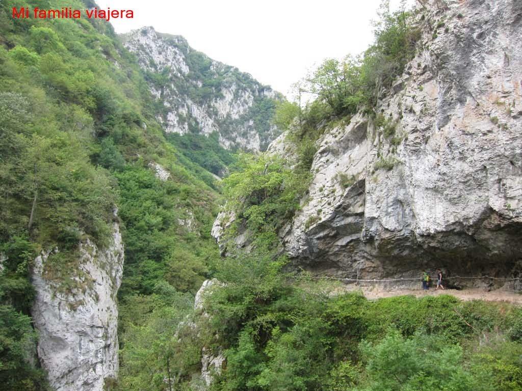 Camino excavado en la roca
