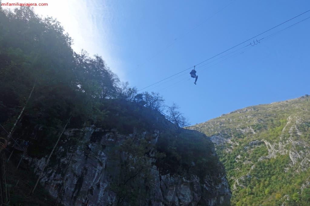 Tirolina sobre el Parque Natural de Ponga