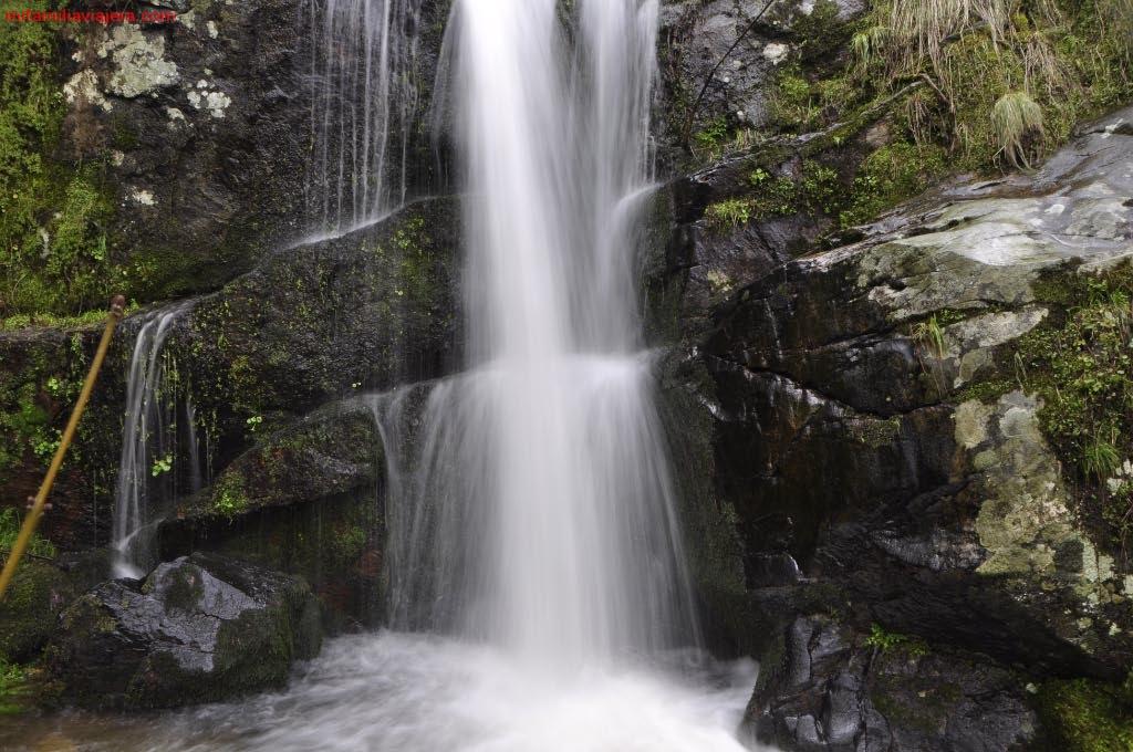 Cascada desde el margen derecho del arroyo