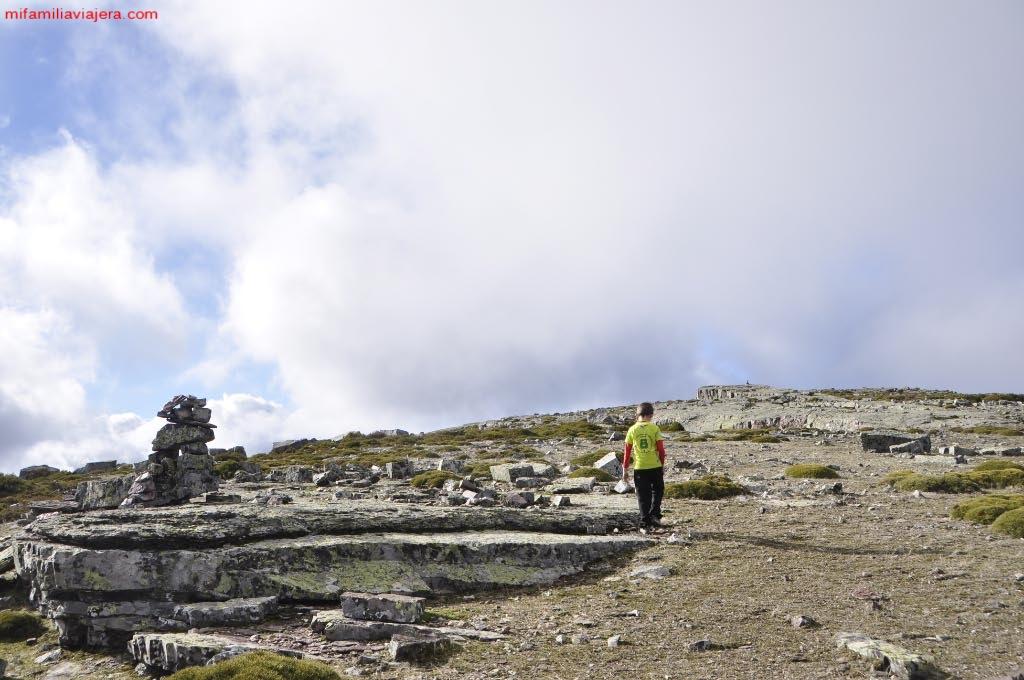 Mesa granítica con hito de piedra