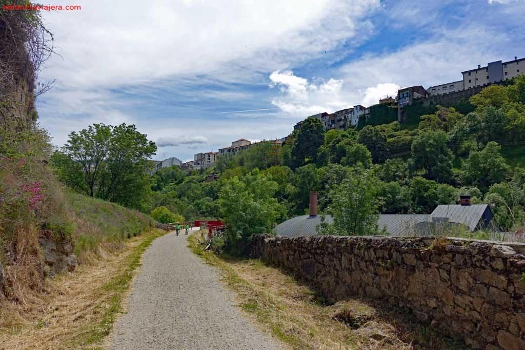 Llegada a Béjar, muralla y casas colgadas