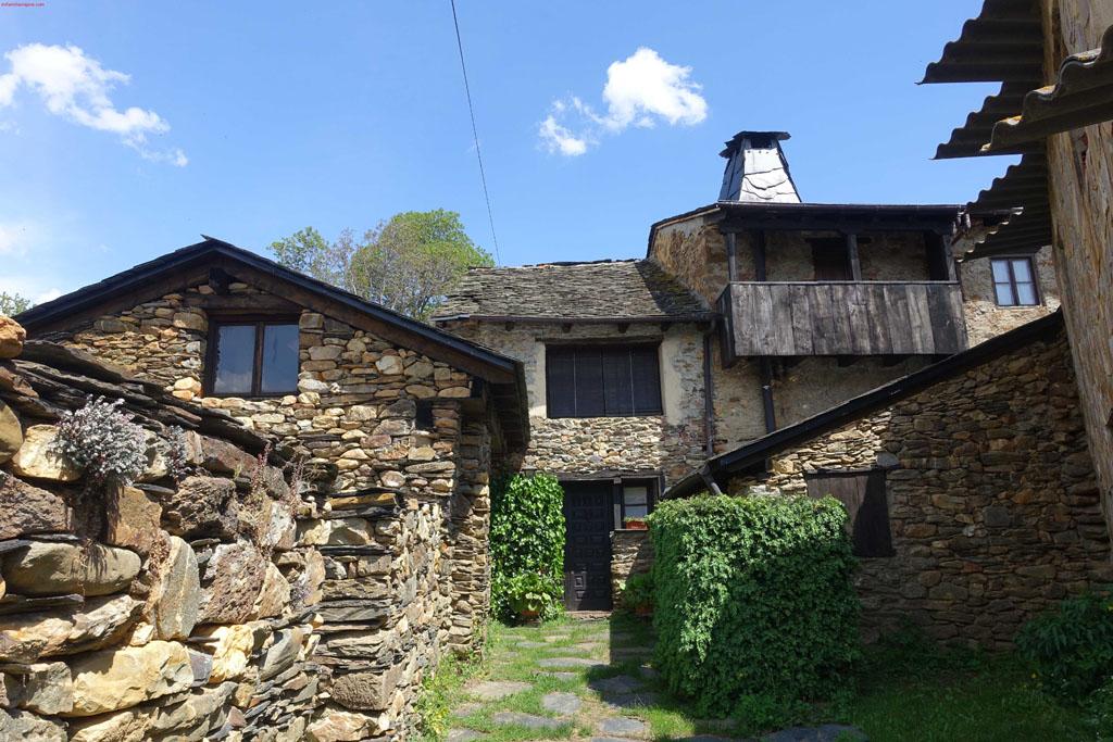 Casas de piedra y pizarra de Truchillas