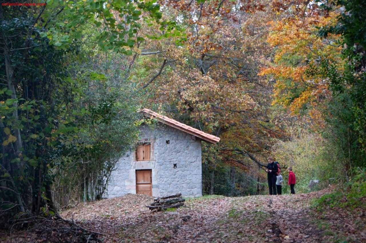 Casa de piedra donde comienza el sendero hacia el mirador La Pica Ten