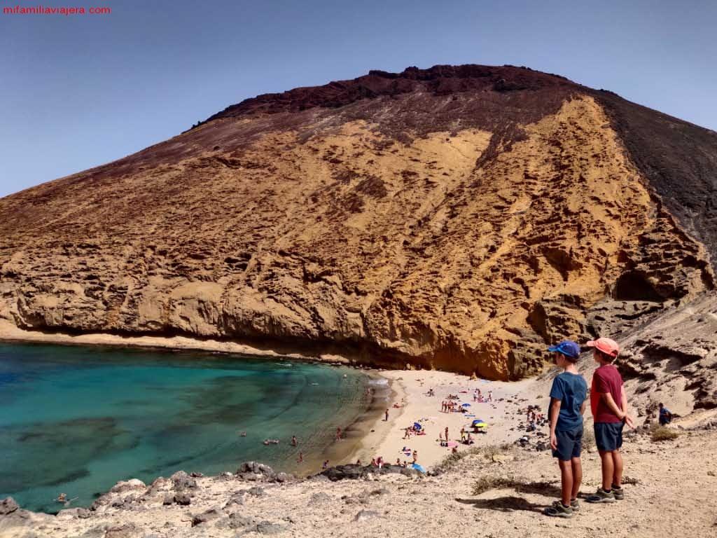 Playa La Cocina a los pies de Montaña Amarilla