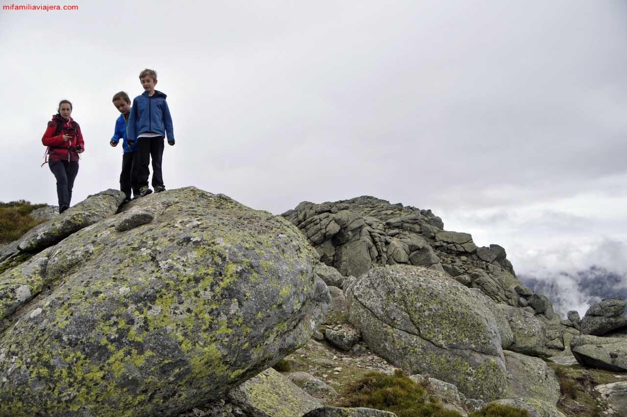 Para llegar a la cumbre hay que sortear grandes rocas graníticas