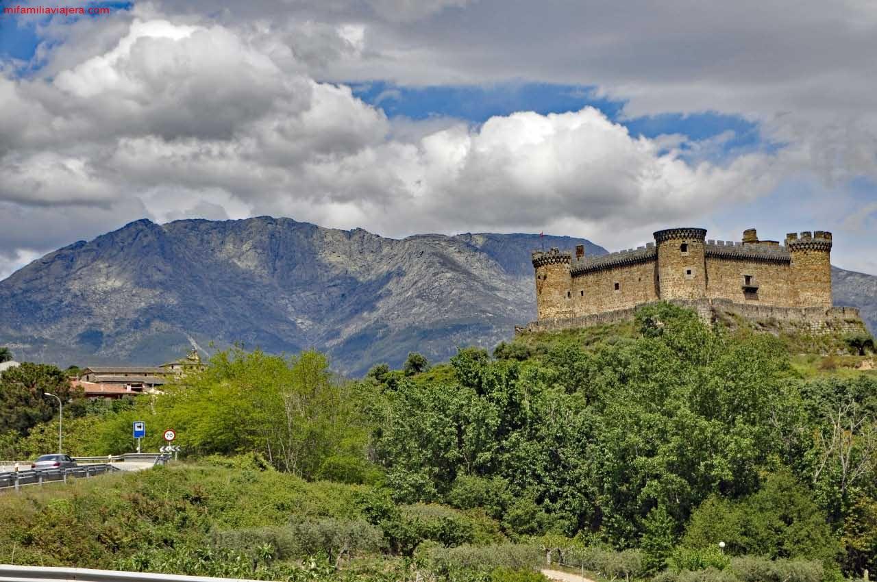 Castillo de Mombeltrán con el Torozo de fondo